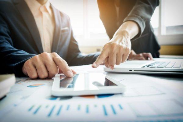 asesor-comercial-analizando-cifras-financieras-que-denotan-el-progreso-en-el-trabajo-de-la-empresa_1423-723
