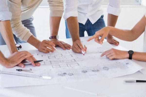 equipo-de-arquitectura-informal-trabajando-juntos_13339-14951